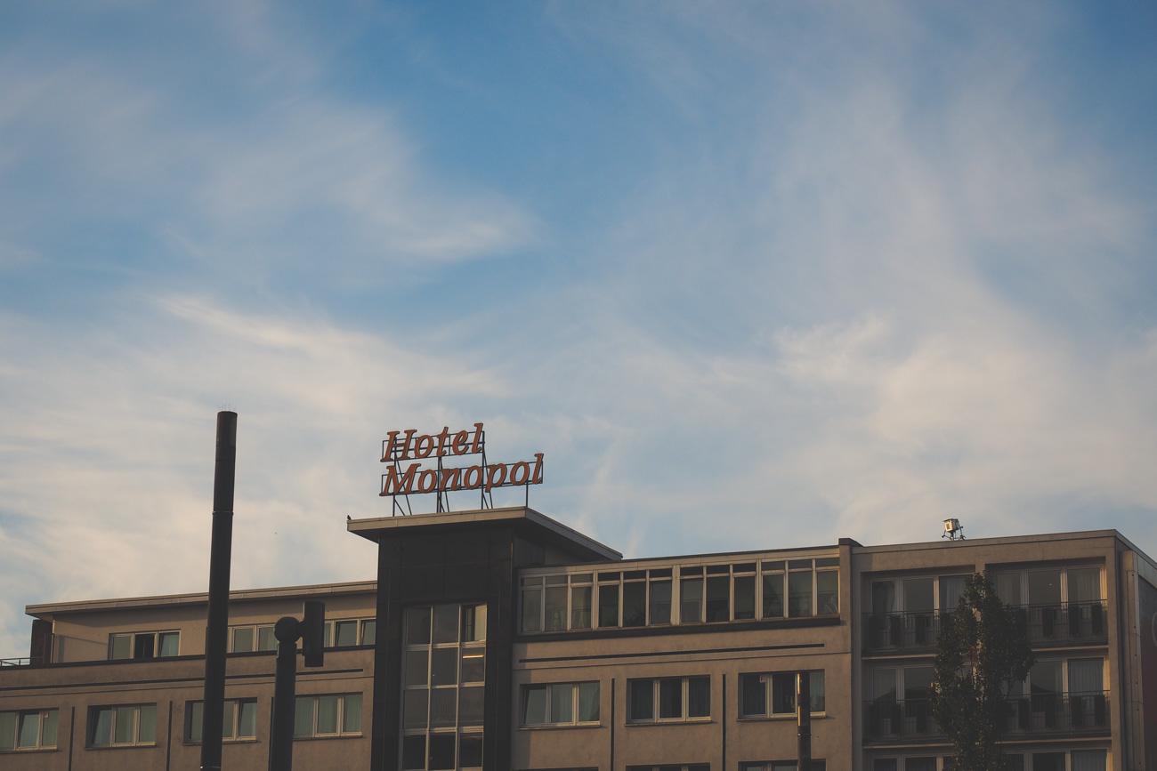 Hotel Monopol Schriftzug am Himmel