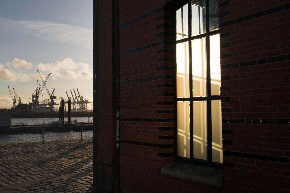 Sonnenspiegelung am Hafen