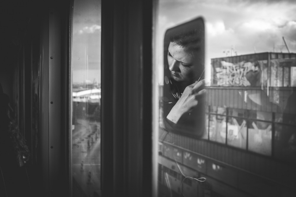 Spiegelung Frau in U-Bahn