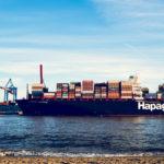 Containerschiff am Elbstrand Hamburg