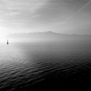 Segelboot auf dem Meer in schwarzweiß