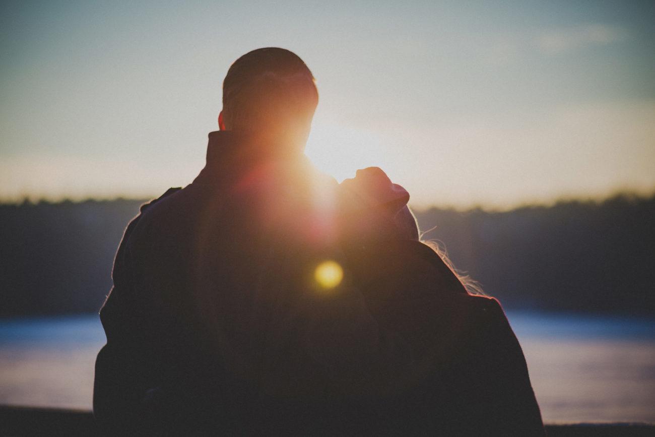 Paar im Gegenlicht