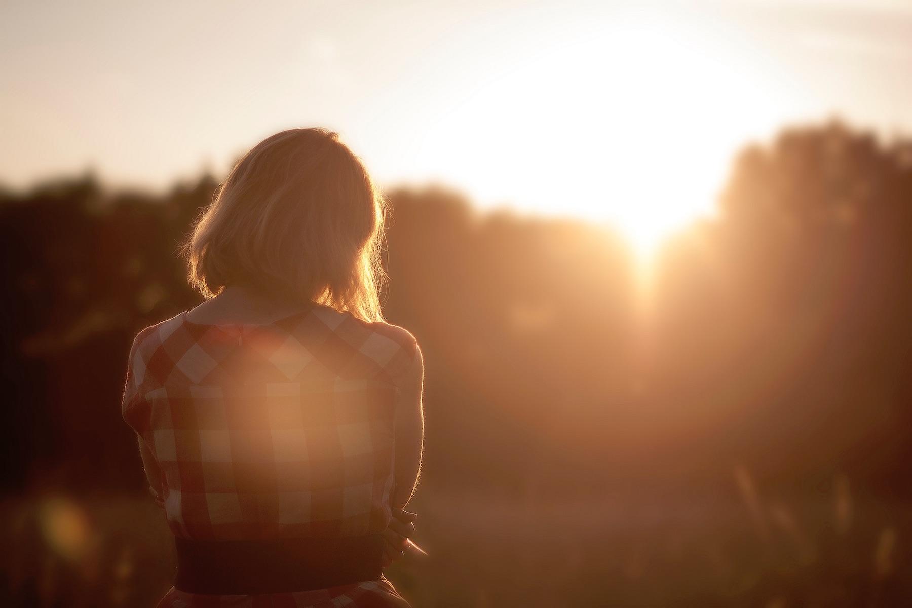 Frau im Sonnenschein