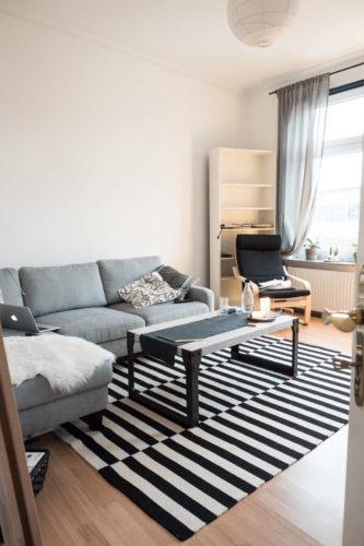 Sofa und Tisch stehen